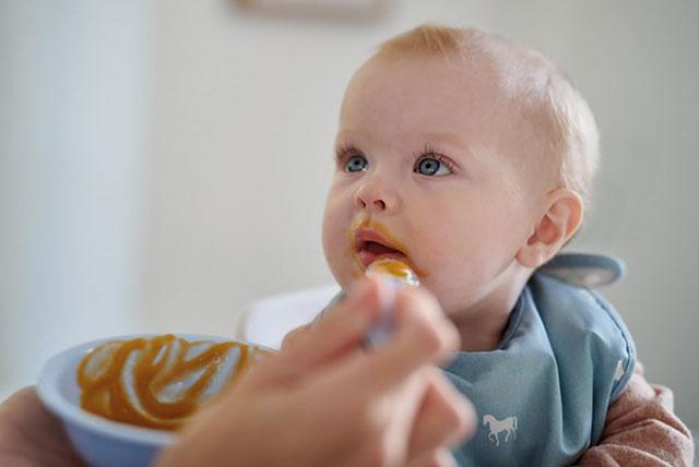 alimentando al bebé con una cuchara