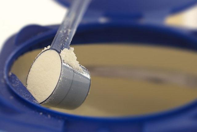 scoop de leche de fórmula