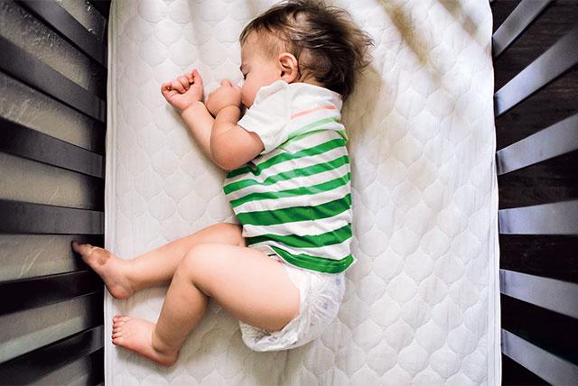 bebé durmiendo en la cuna visto desde arriba