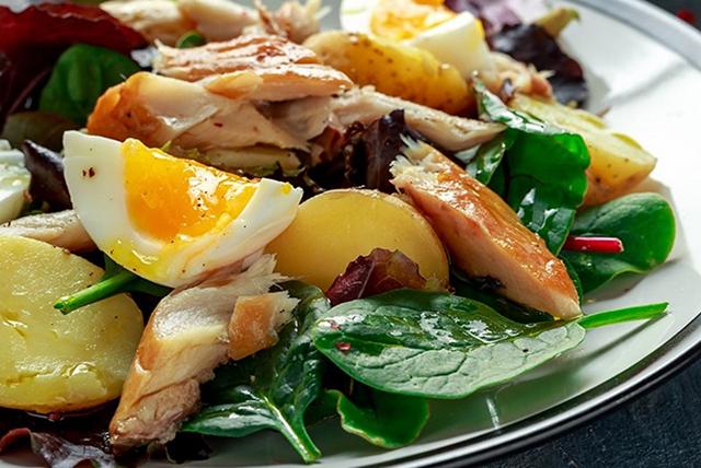 ensalada con huevo y pescado