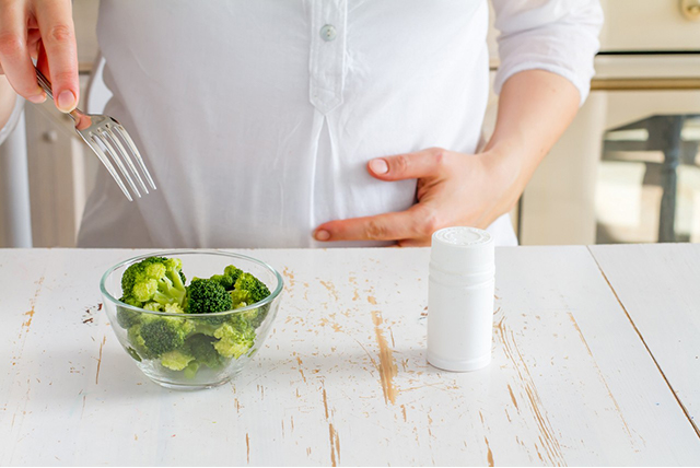 embarazada comiendo brócoli