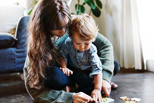 mamá y niño pequeño armando un rompecabezas