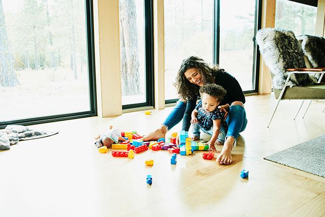 mamá y nino pequeno jugando con bloques
