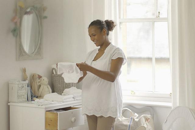 mujer embarazada empacando su bolso para el hospital