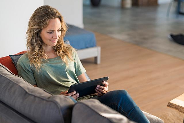mujer revisando tablet
