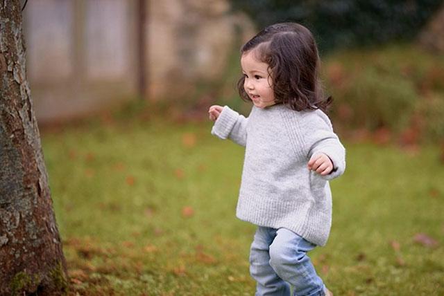 niña pequeña caminando en el bosque