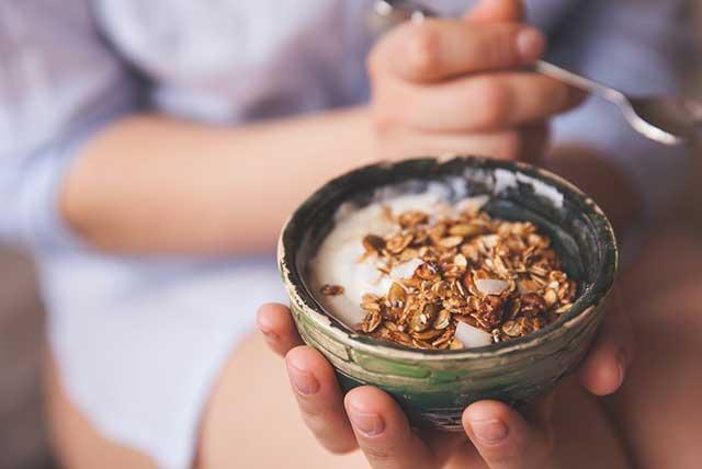 tazón de yogurt con granola